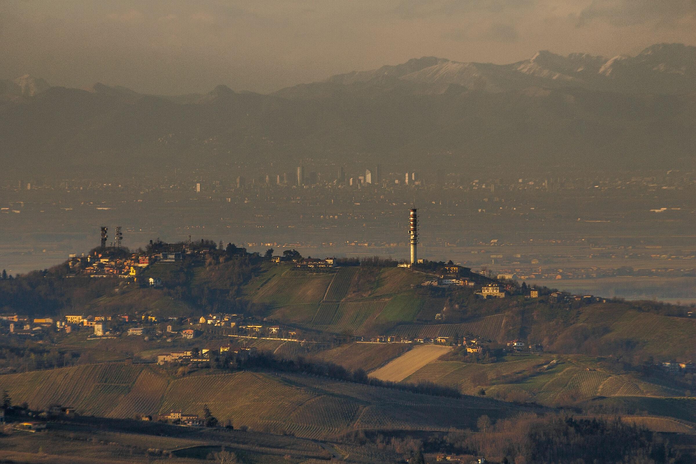 Colline, pianura, Milano ed infine le Alpi...