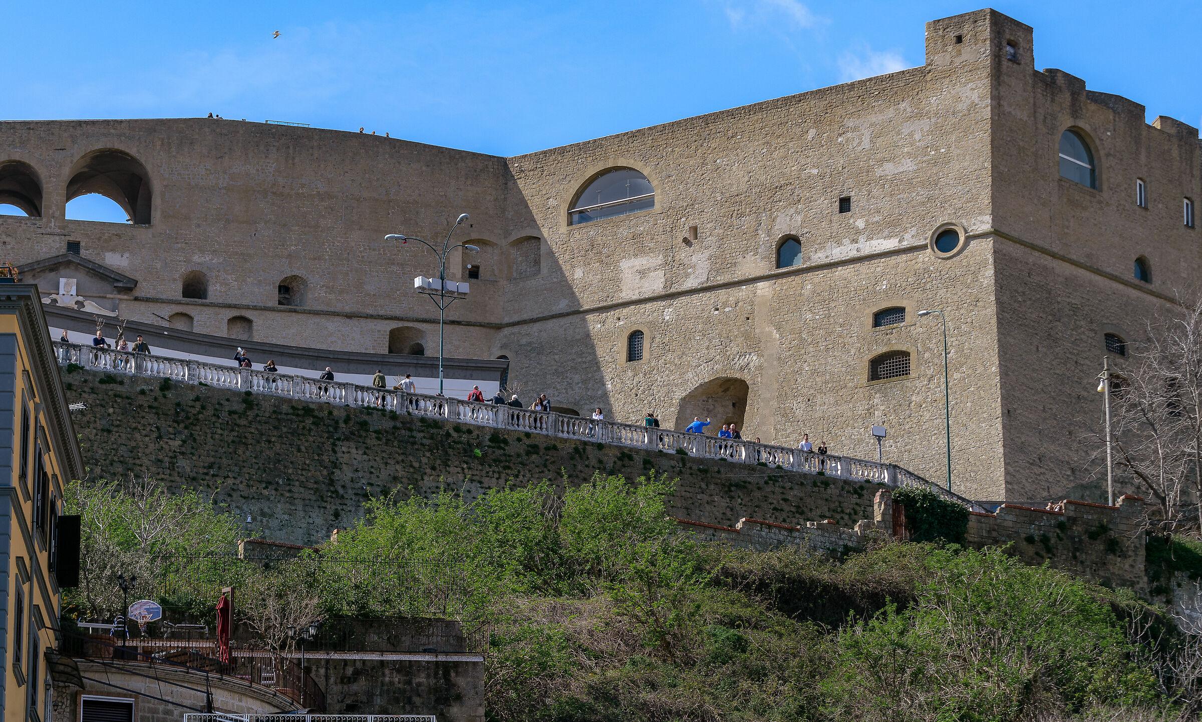 Si vede la facciata del castello...