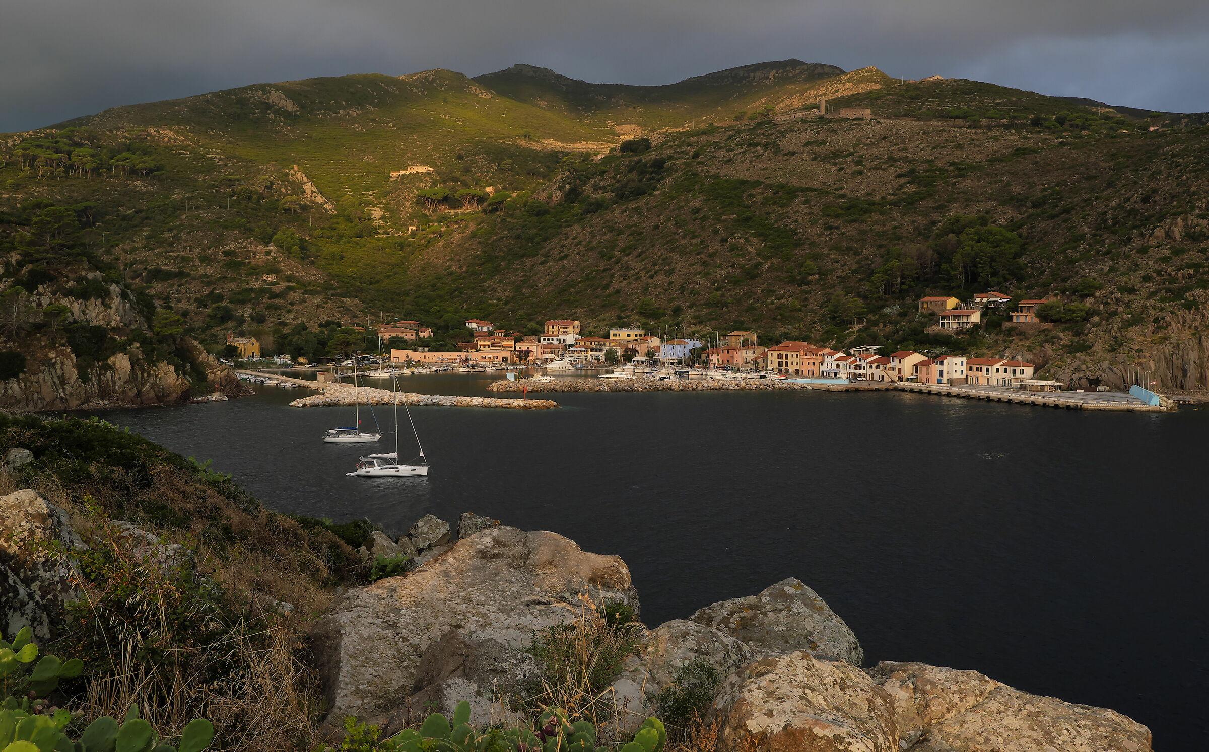 Il porto di Capraia Isola, nella sua cornice...