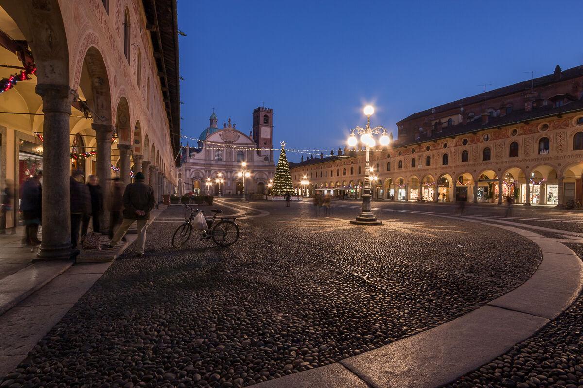 Chiacchiere festive in piazza del Duca ......