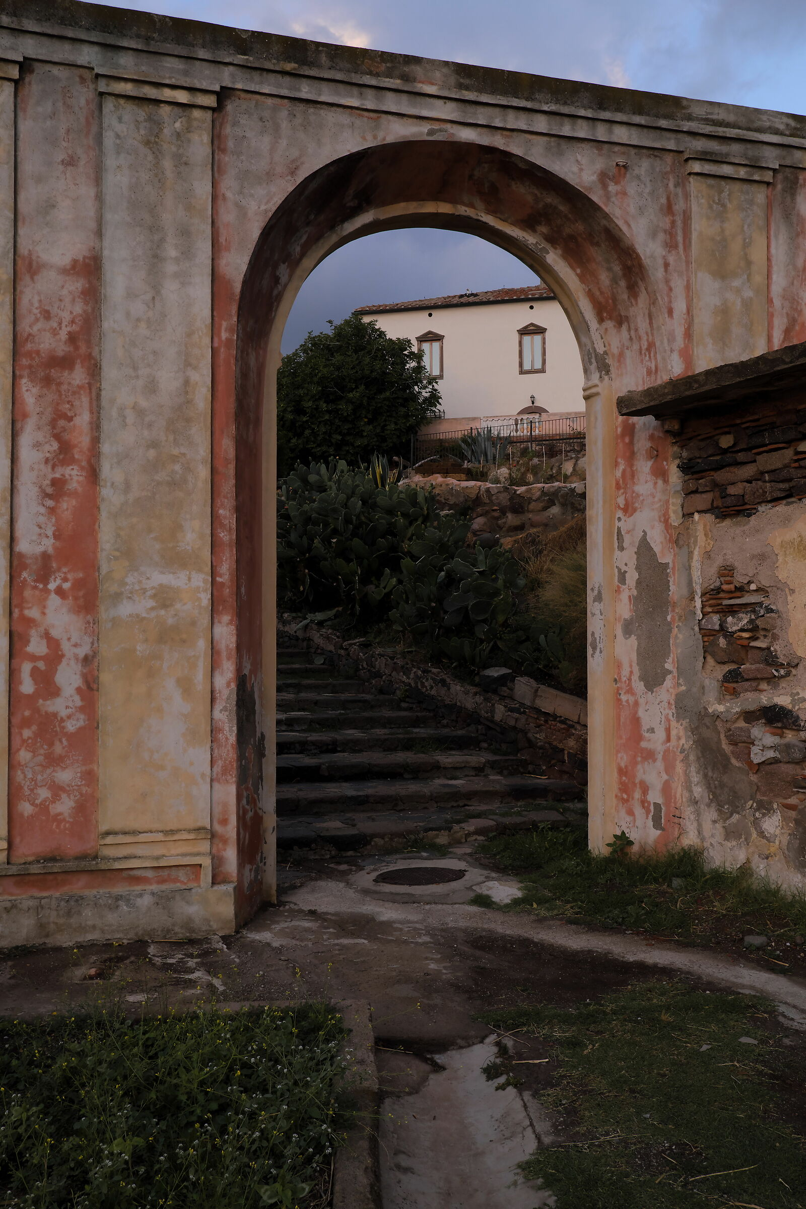 Arco di accesso (alla direzione)...
