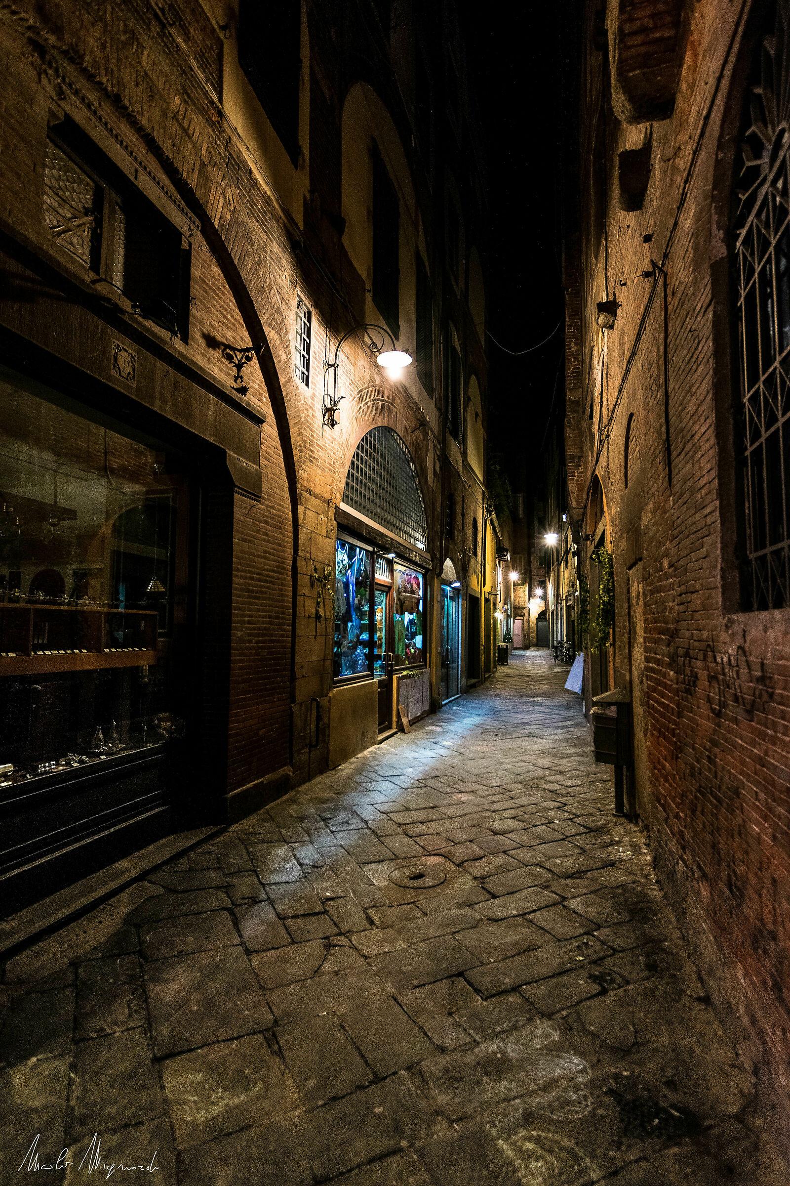 la notte...tra i vicoli di Lucca...