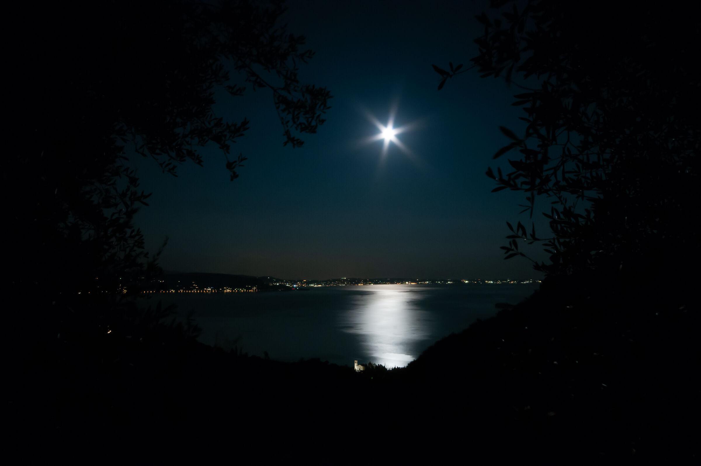 Spunta la luna .... sul Lago...
