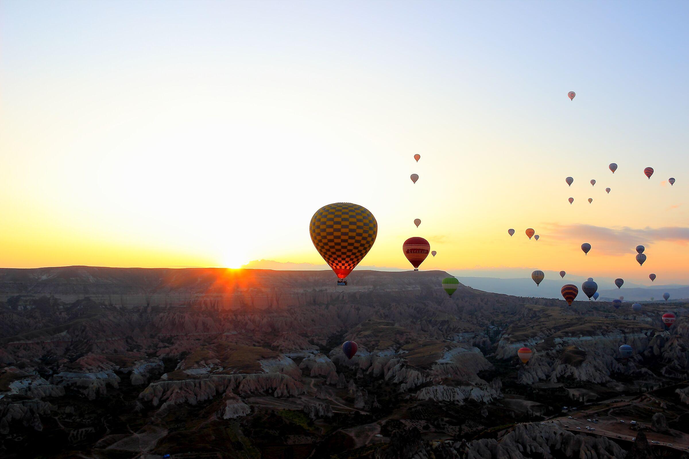 L'alba nei cieli della Cappadocia...