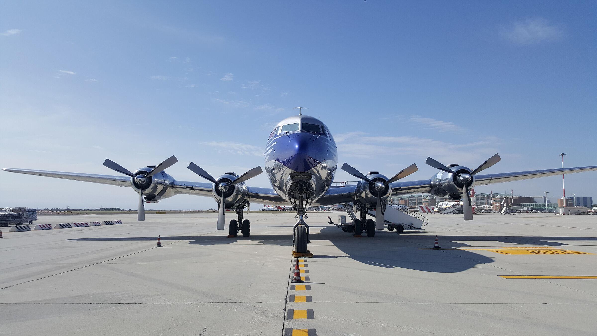 dc-6b Red Bull...