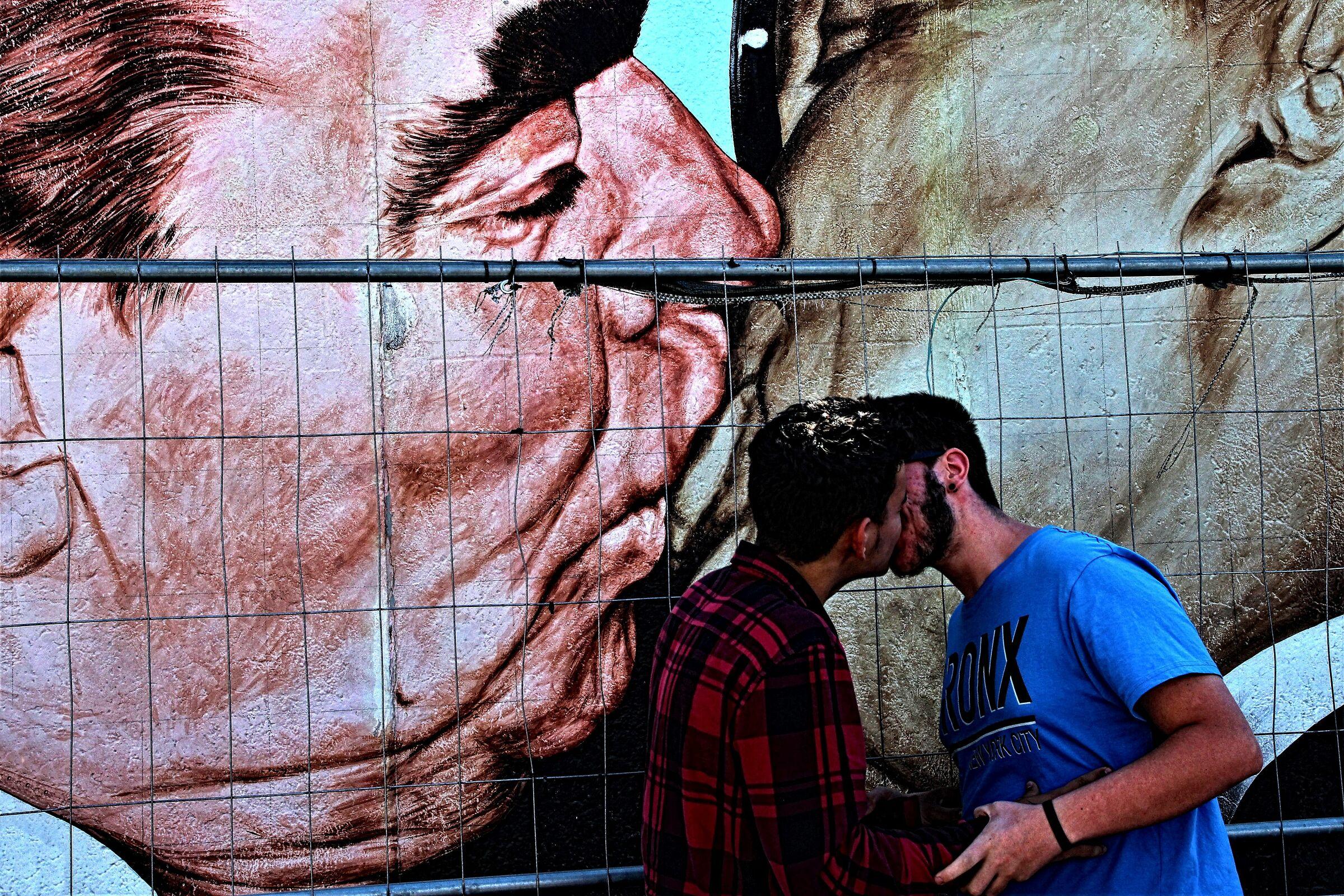 Il bacio, l'amore oltre le barriere...