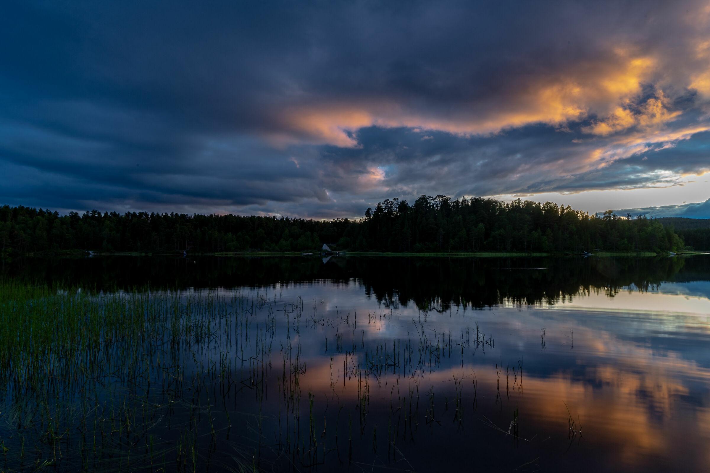 Tramonto sul Lemmenjoki national park, Finlandia...