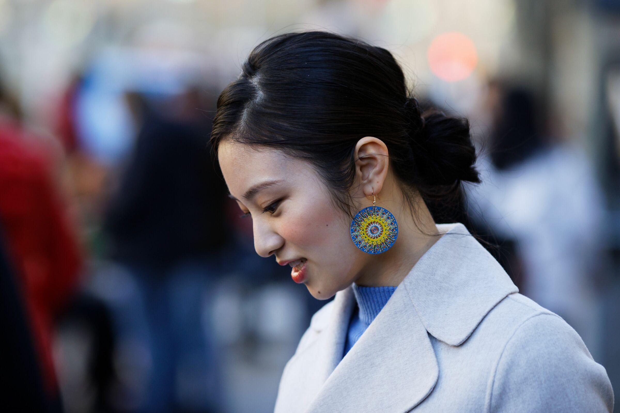 La ragazza con l'orecchino colorato...