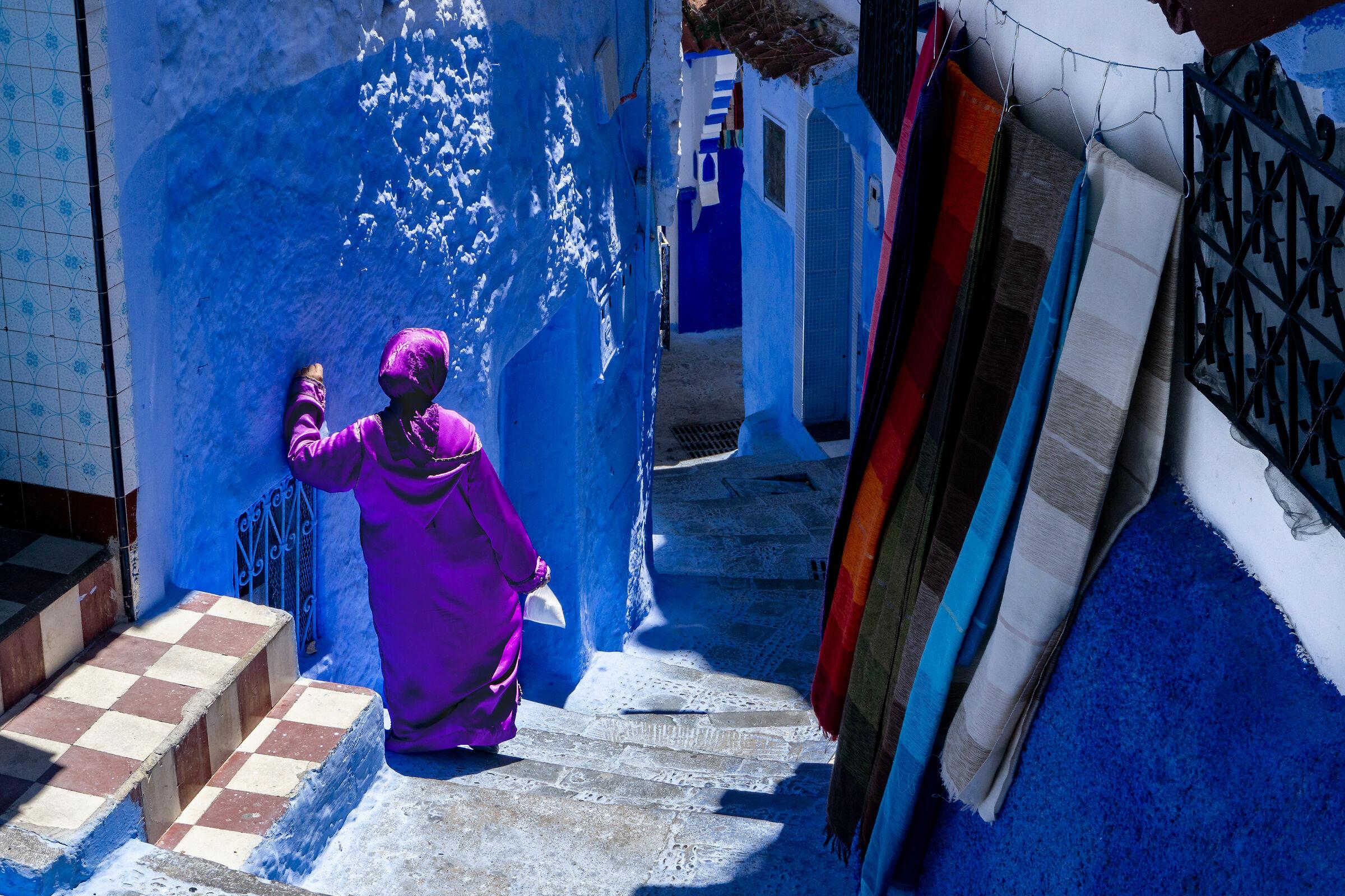Donna in tunica color porpora...