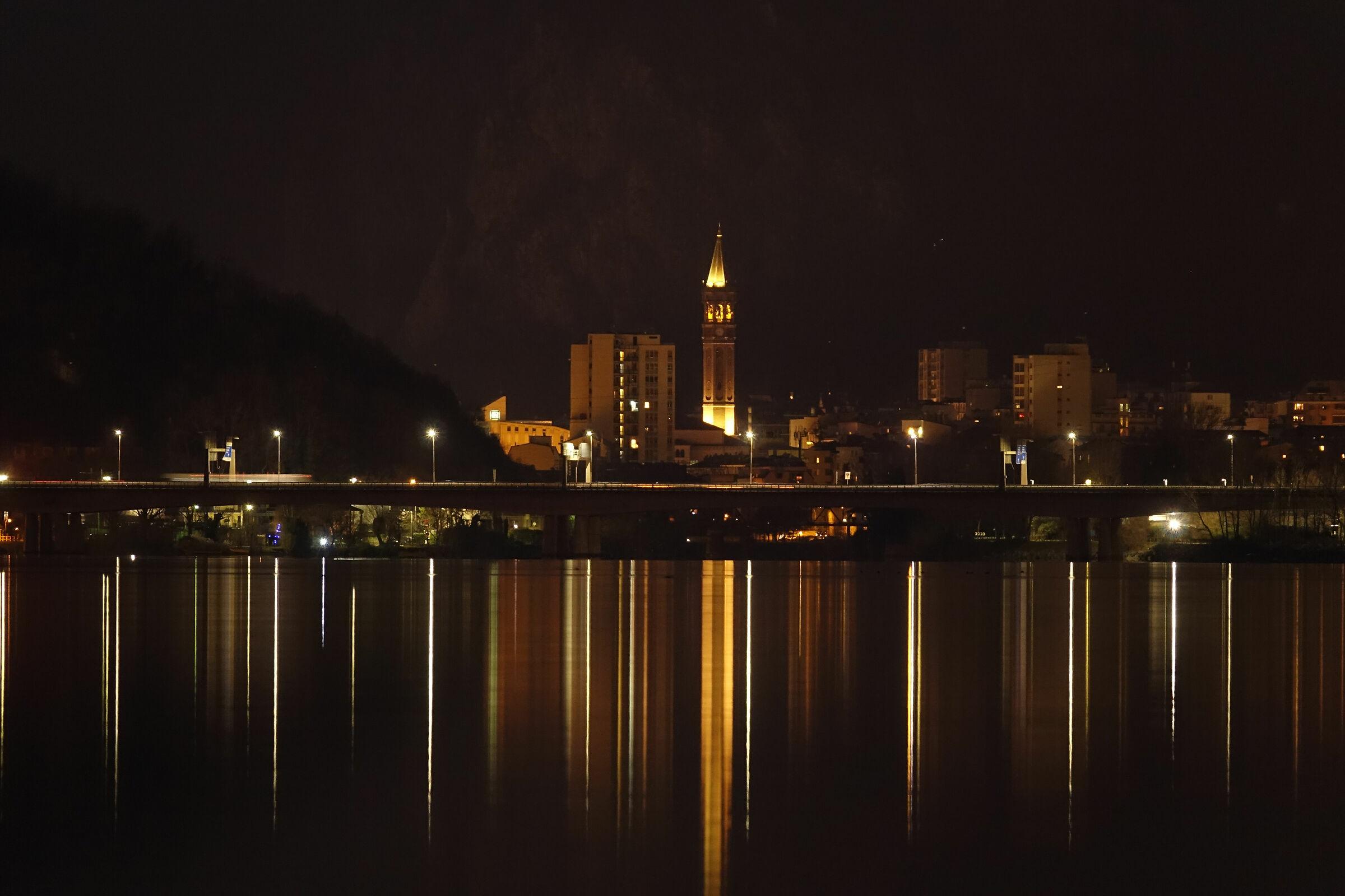 Lecco,riflessi notturni sul lago di Garlate...
