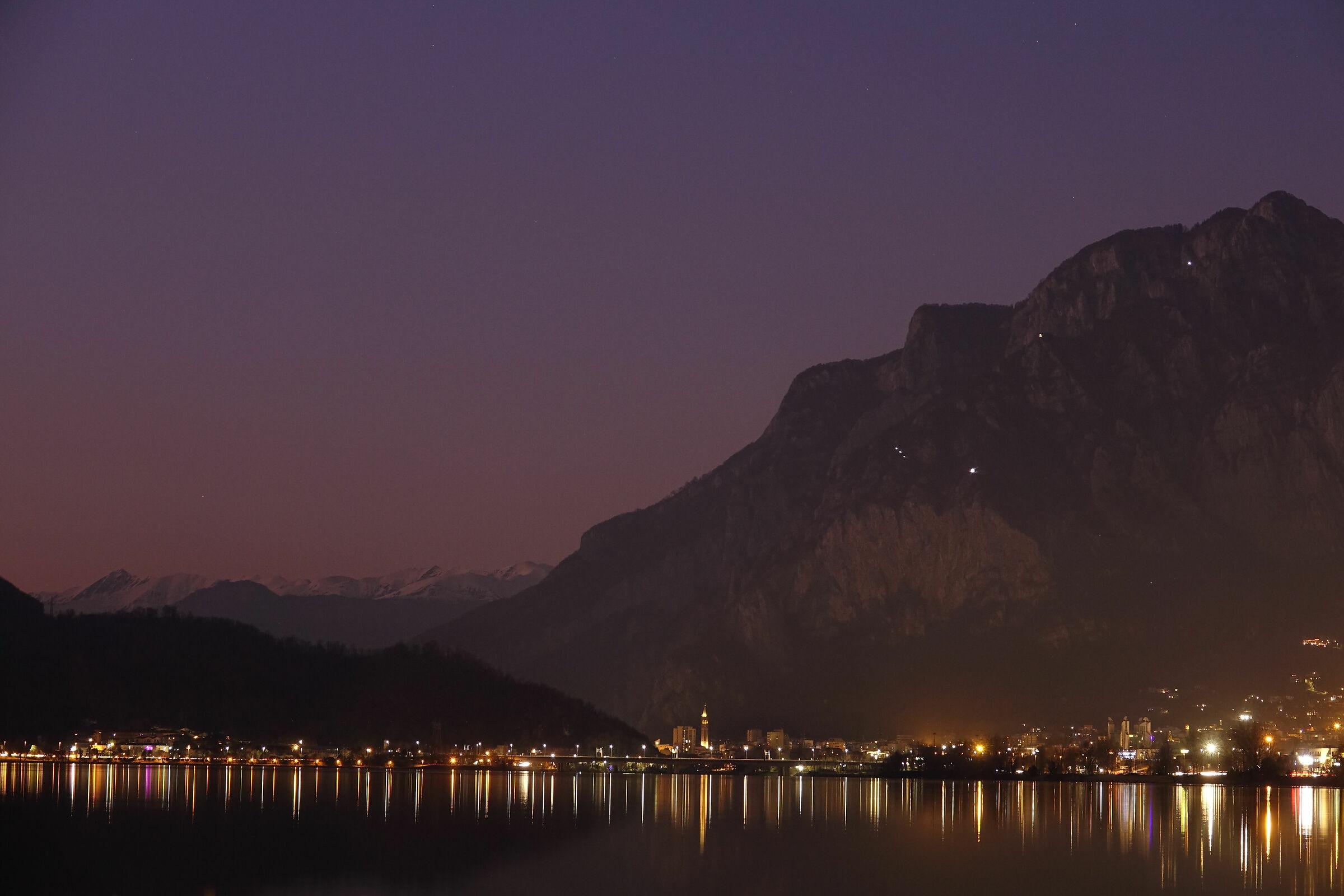 Lecco, riflessi notturni sul lago di Garlate 2...