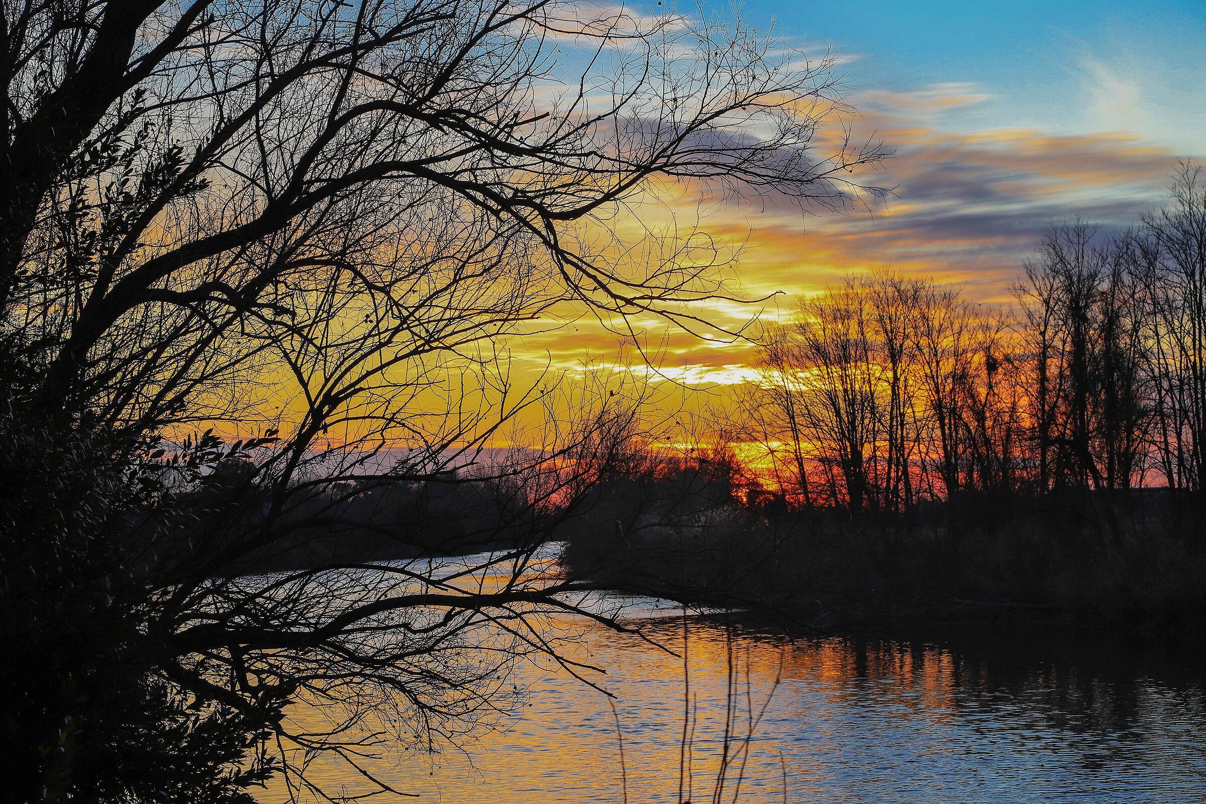 Si accende il tramonto sopra il Piave...