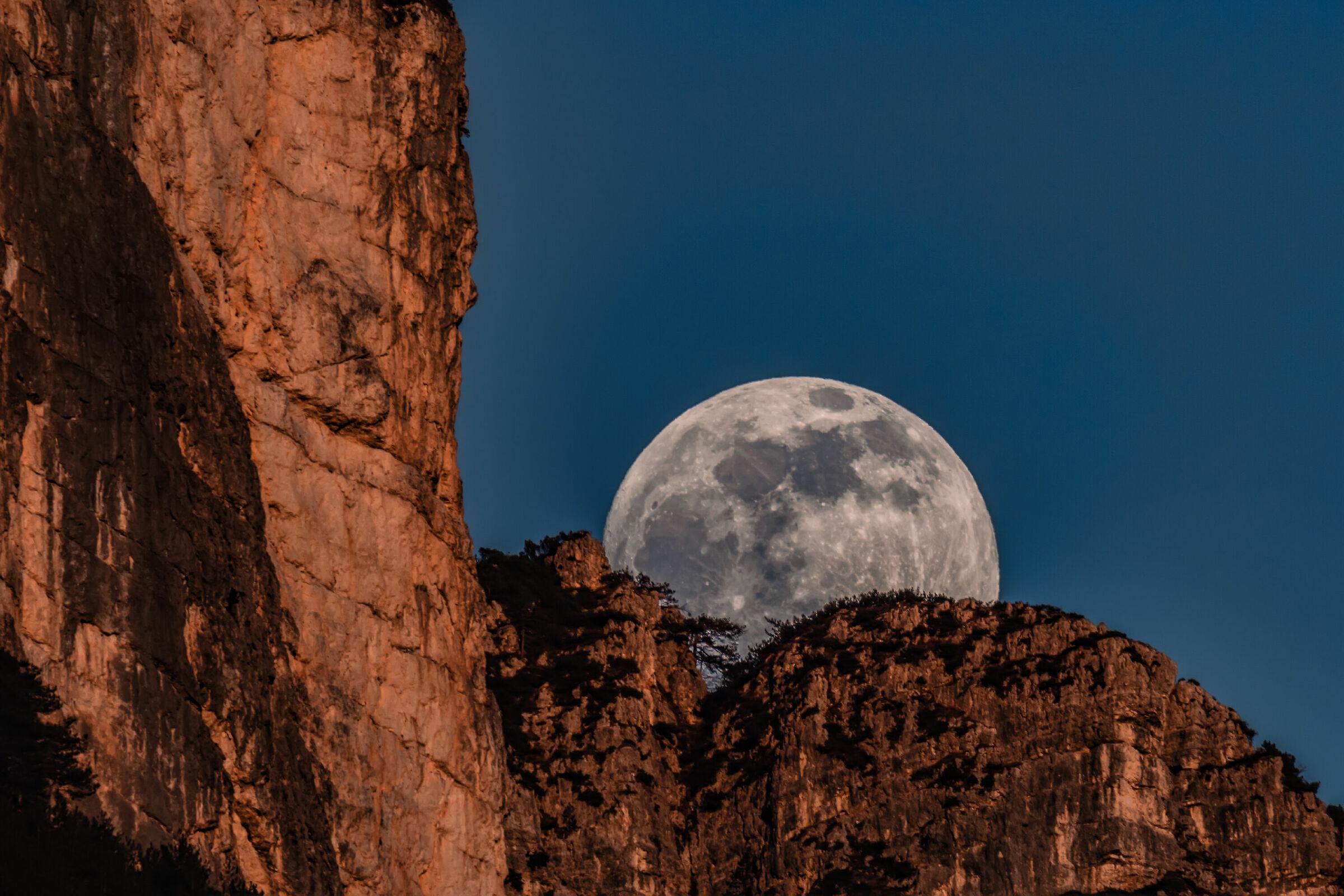 Sorge la luna...