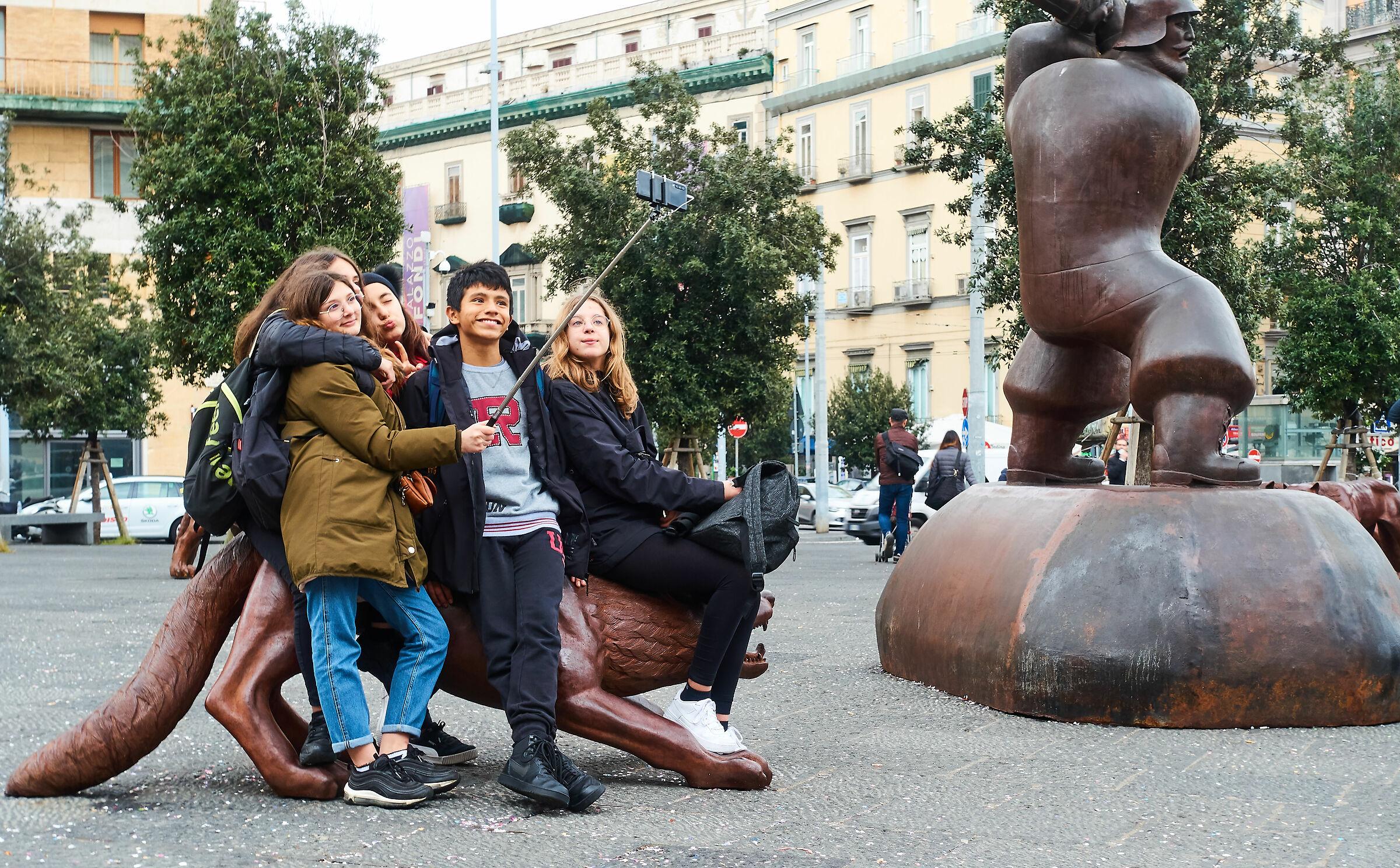 Napoli: un selfie intrepidamente cavalcando la bestia...