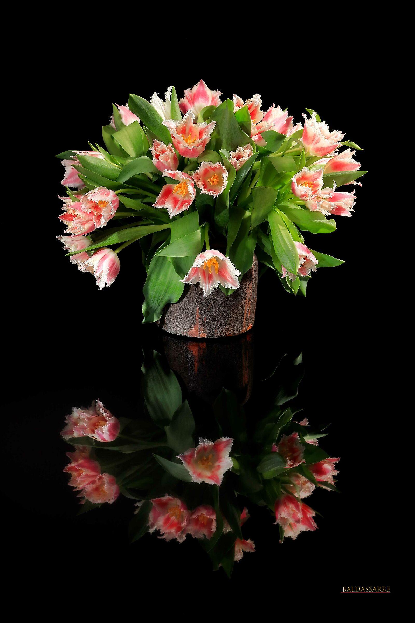 Composizione floreale danese con riflesso...