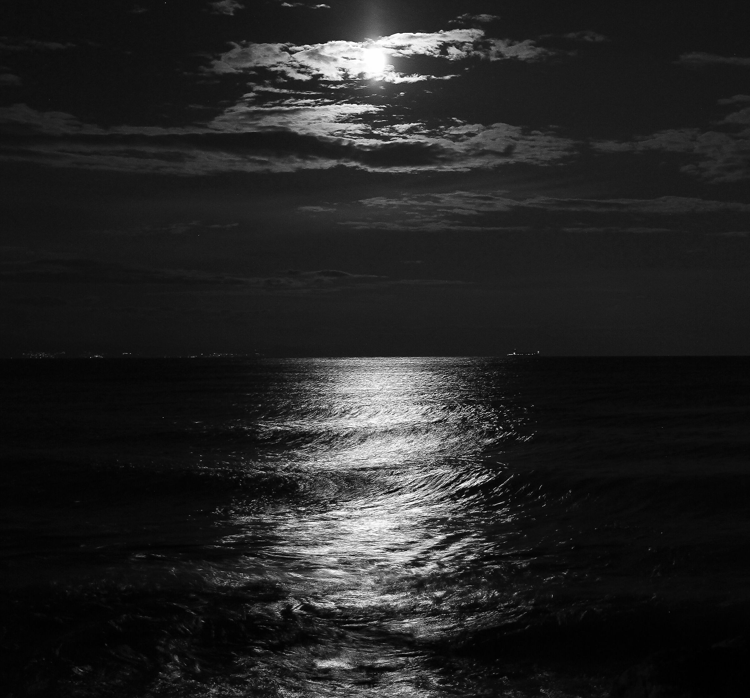 Moon and sea.... B/N...
