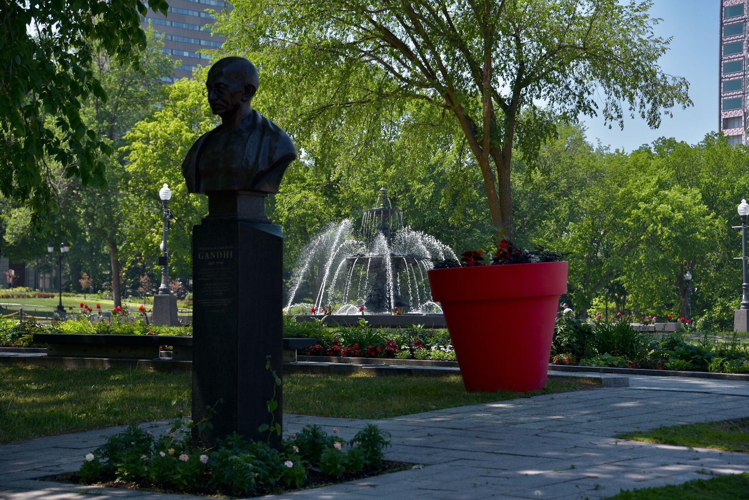 Quebec, Gandhi and Tourny fountain '' landscape ''...
