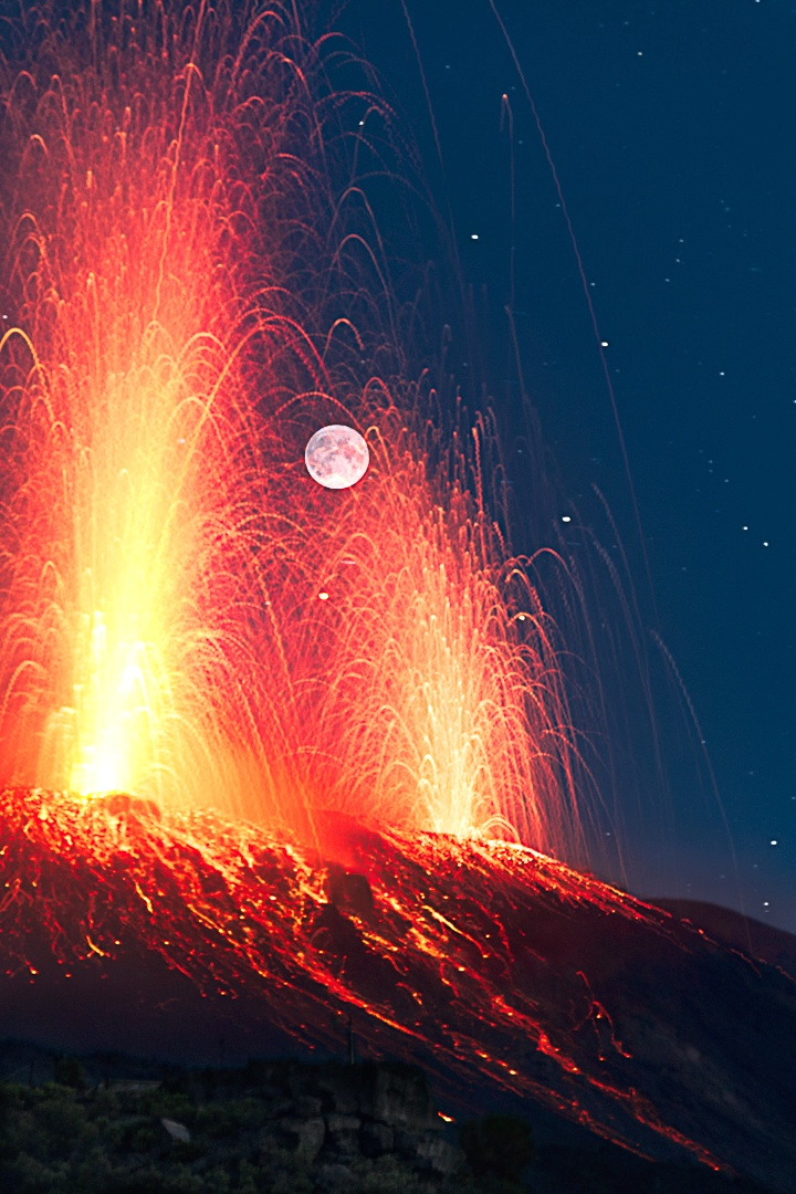 Stromboli eruption during the full moon ...