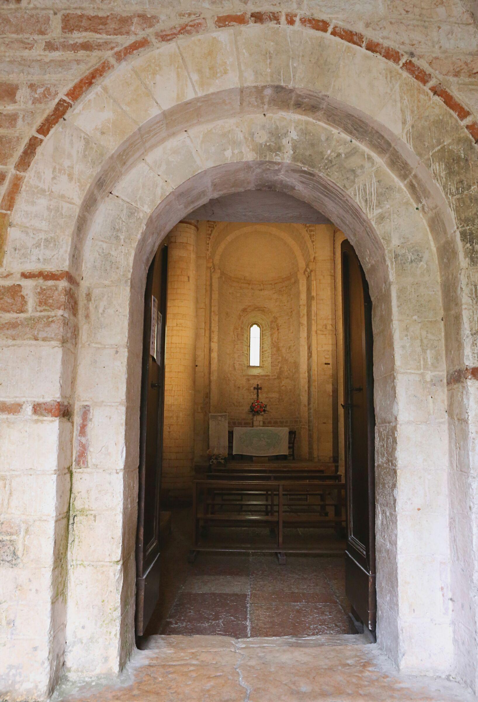 Ingresso chiesa San Vittore di Genga (An)...
