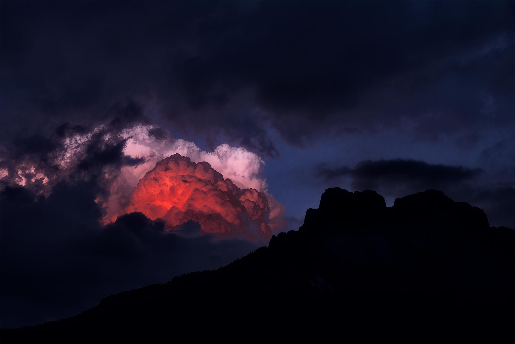 Eslosioni di Nuvole accarezzano Cima Dodici Fassa...