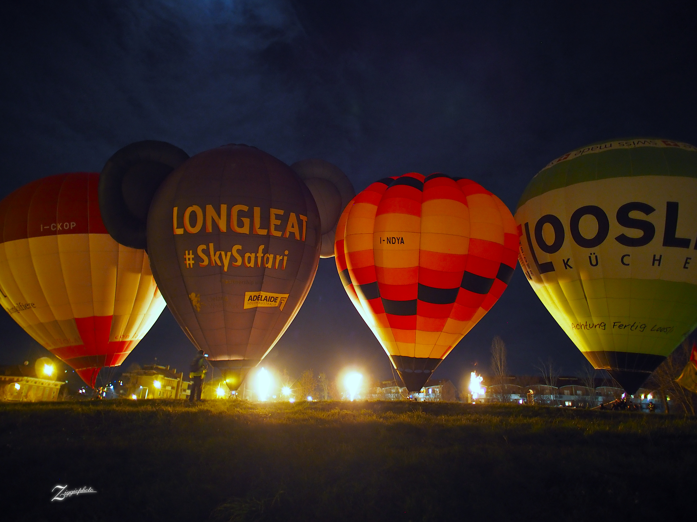 Night balloons show...
